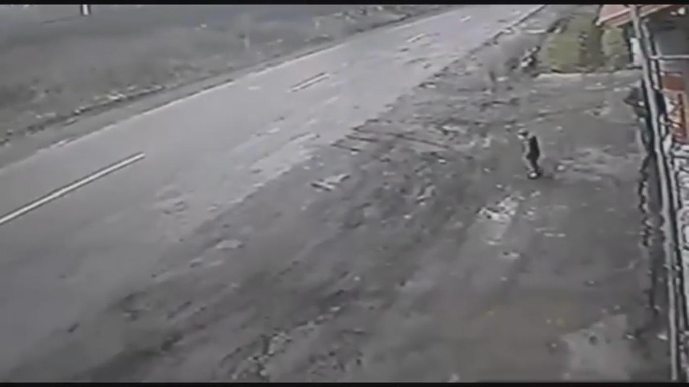 Шокуюча ДТП на Закарпатті: авто збило дитину та її рятівника (ВІДЕО+18)