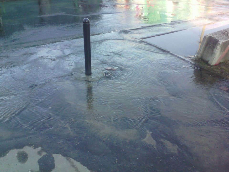 На Сихові посеред вулиці утворилось озеро (ФОТО)