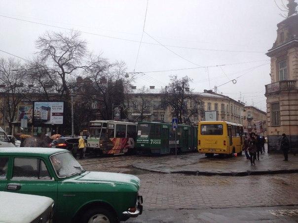 На Франка призупинились трамваї