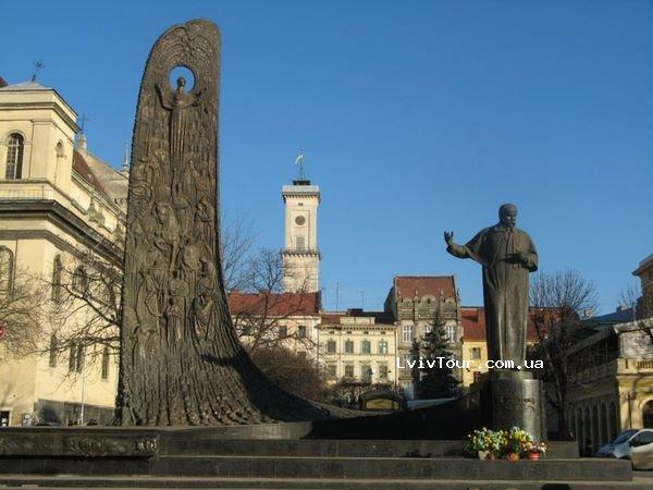 У Львові на площі перед пам'ятником Тарасу Шевченку билися пенсіонери (Відео)
