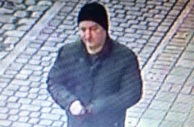 У Львові розшукують чоловіка, який вдарив людину ножем (ФОТО)