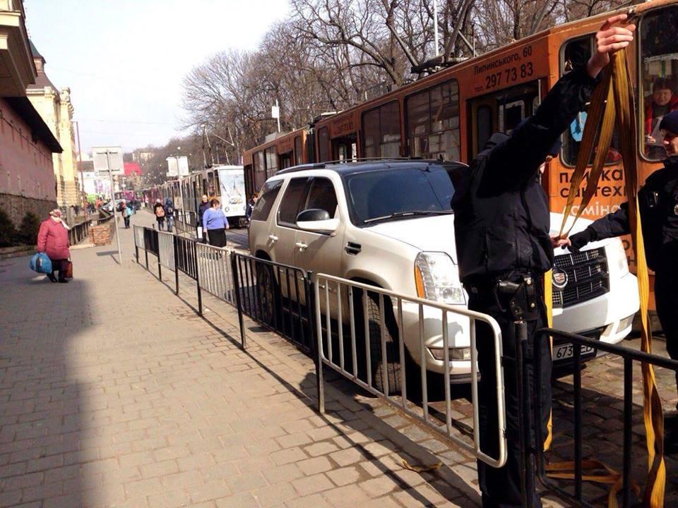 У центрі міста стоять трамваї через іномарку