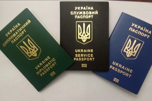Порошенку запропонували позбавити депутатів диппаспортів за провал безвізового режиму