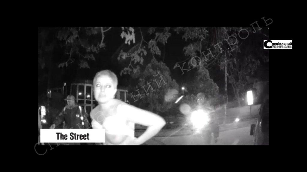 П'яна співробітниця податкової повністю роздяглася на вулиці в Ужгороді (ВІДЕО 18+)