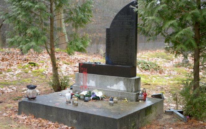 В Польше вандалы разбили памятник воинам УПА, подозревают пророссийские силы