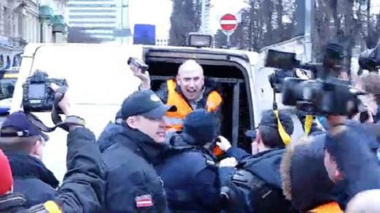 Журналіста Грема Філліпса затримали в Ризі на марш легіонерів СС (ВІДЕО)