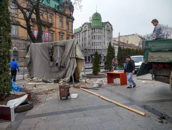 В центре Львова демонтировали известную палатку для сбора помощи военным