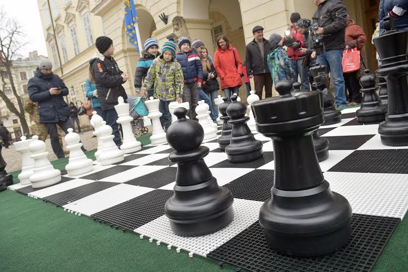 На площі Ринок встановили велику шахову дошку з фігурами