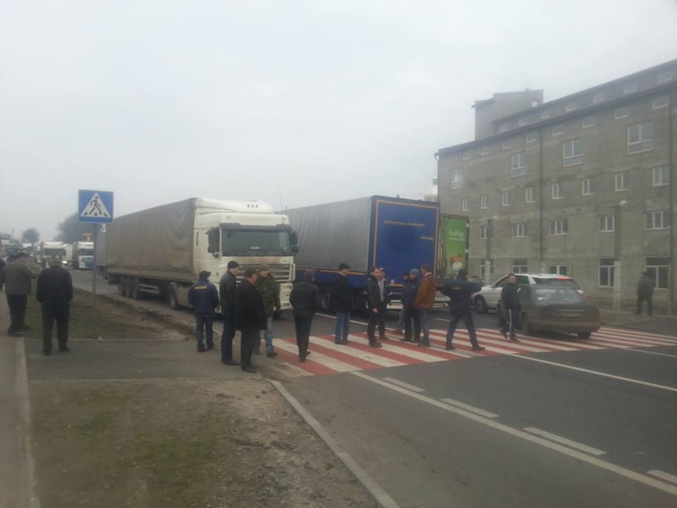 На Львівщині блокада російських фур повністю перекрила одну з доріг