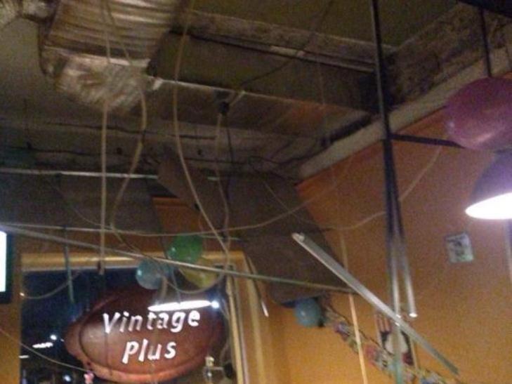 У прикарпатському місті на відвідувачів кафе впала стеля