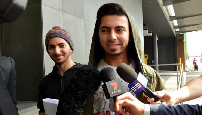 Мельбурнські підлітки оприлюднили нове відео, де вони підкидають людям «бомбу» (ВІДЕО)