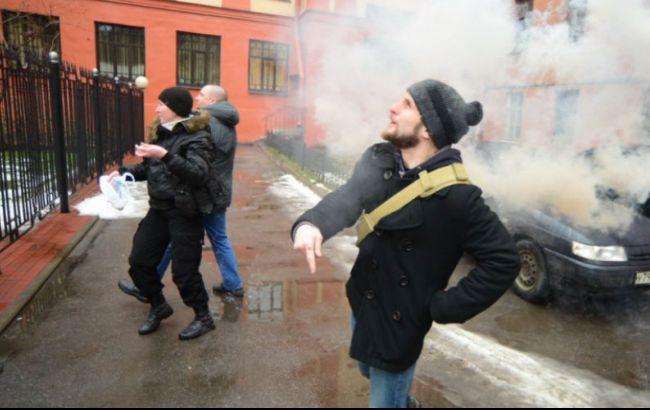 У Петербурзі консульство України закидали яйцями і фаєрами (Відео)