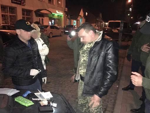 Двох прикордонників на Закарпатті затримали за сприяння контрабанді бурштину