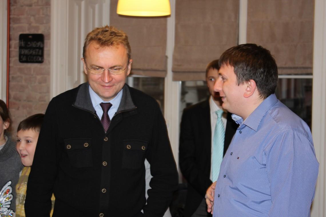 Львів'яни вважають, що Садовий відмиває гроші на шахах (Відео)