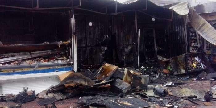 У Києві біля метро «Дорогожичі» згоріли два МАФи
