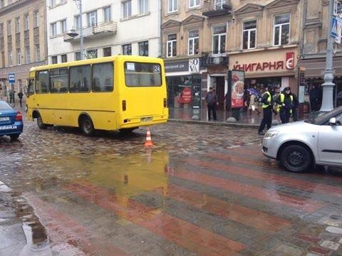 У центрі Львова маршрутка збила жінку (ФОТО)