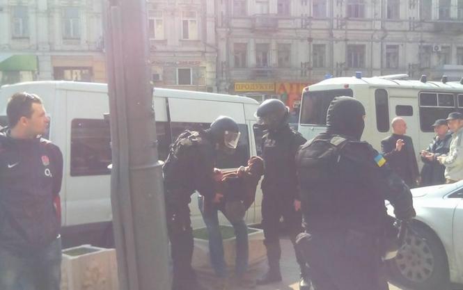 Появилось видео столкновений возле гостиницы Лыбидь в Киеве