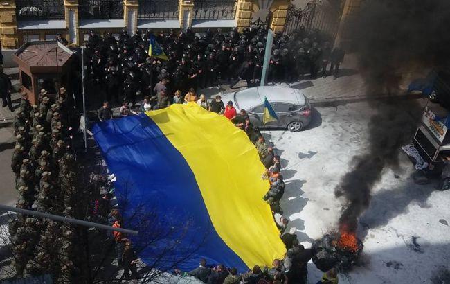 Под АПУ произошли столкновения между активистами и правоохранителями (фото, видео)