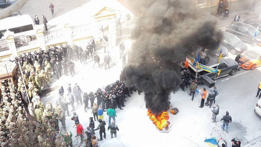 Автомайдан открестился от активистов, жгущих шины на Банковой