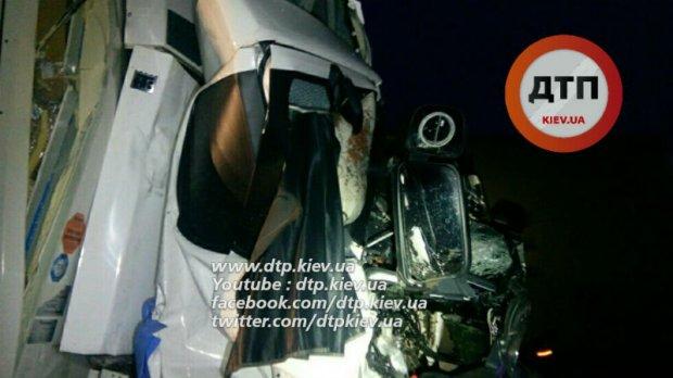 Под Киевом столкнулись грузовики с рыбой и Roshen: есть погибшие(18+)