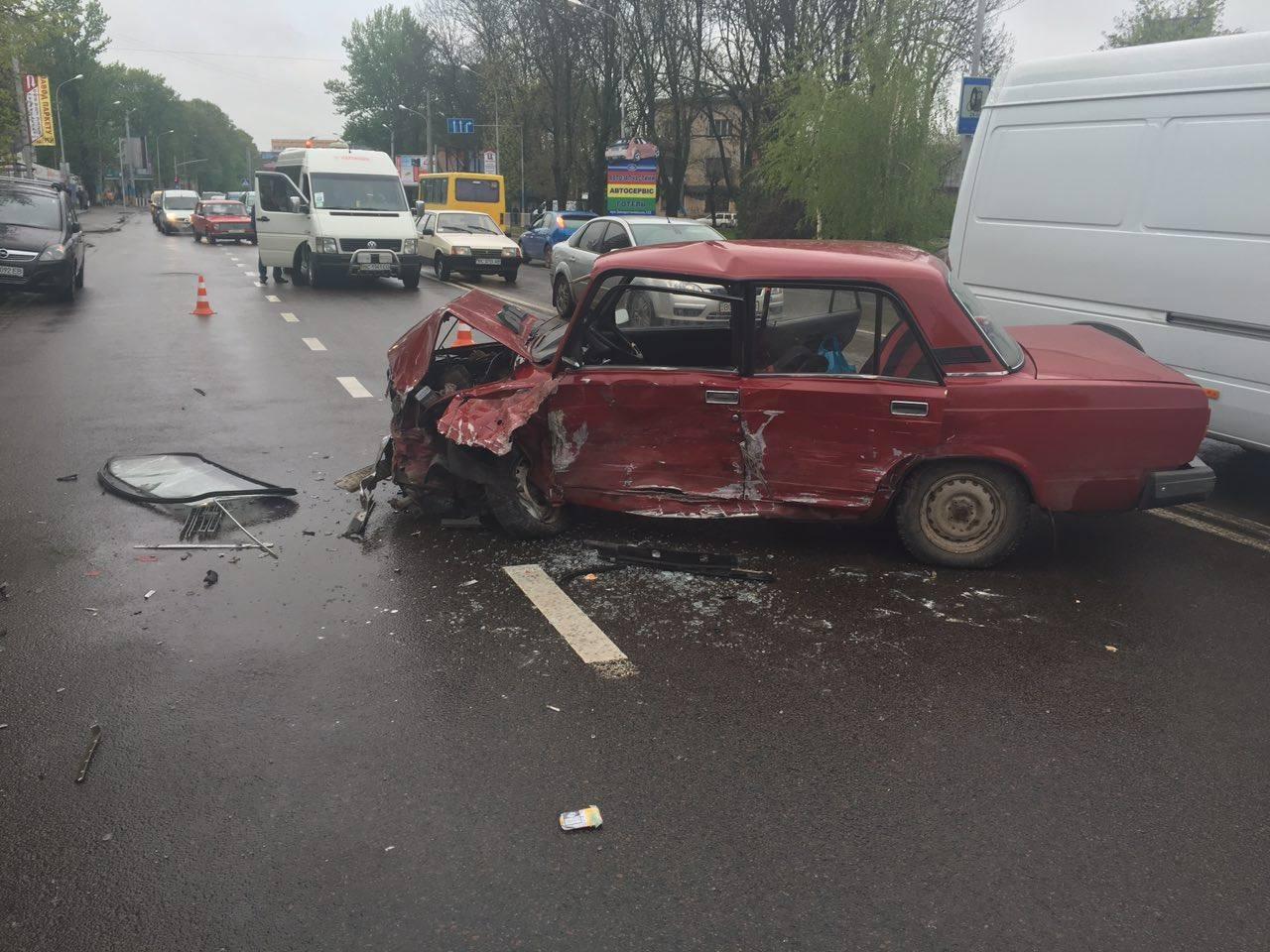 На Липинського сталася масштабна аварія з потерпілим (ФОТО)