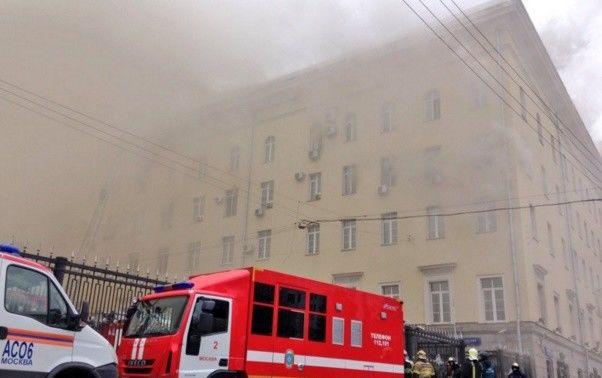 У палаючому будинку Міноборони на Росії впав дах