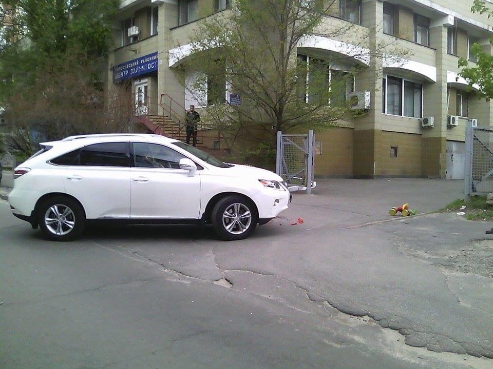 У Києві жінка на Lexus двічі наїхала на дитину: 3-річний хлопчик у реанімації (ФОТО +18)