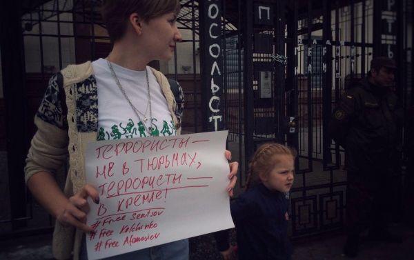 Под посольством РФ в Киеве активисты поддержали украинских политзаключенных (ФОТО)