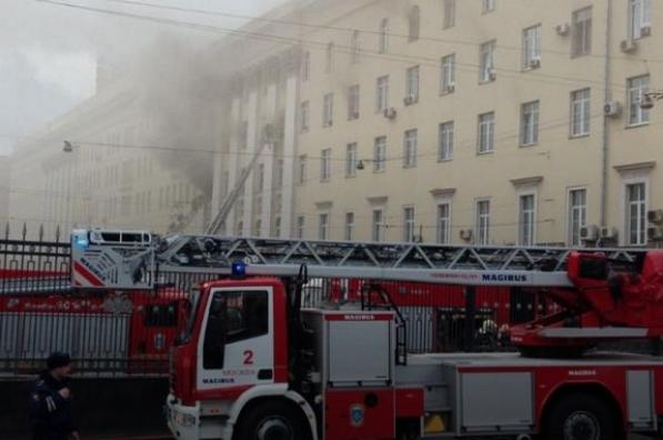 У Москві палає будівля Міноборони Росії: здійнявся стовп диму