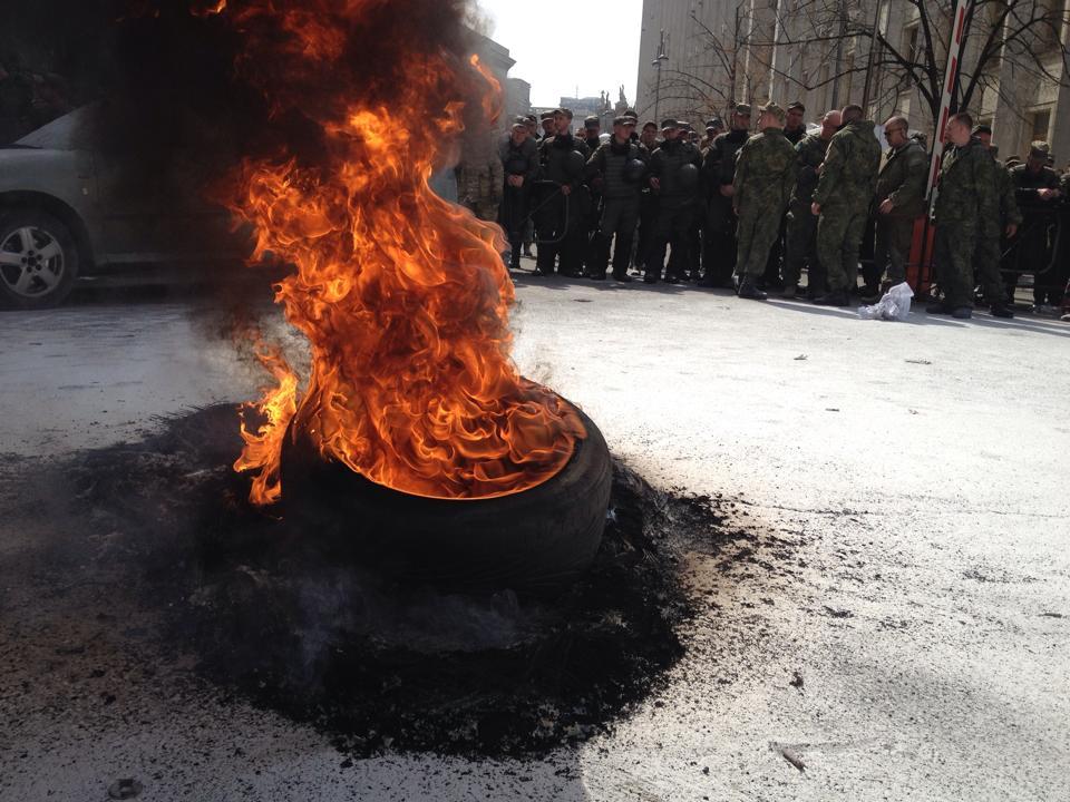 Порошенко зустрінеться з активістами, які вчора палили шини під АП
