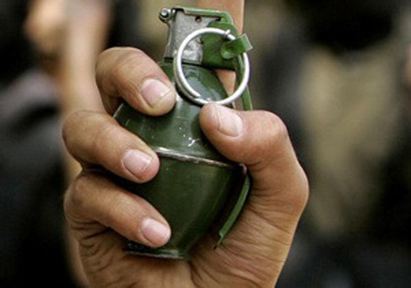 shitel-simferopolya-strelyal-v-politseyskikh-i-kinul-granatu-v-tolpu-lyudey_foto-iz-intereneta_1_2014-07-16-09-14-52