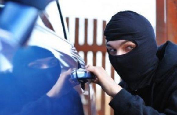 У львів'янина викрали зі сейфу у «Мерседесі» 4000 євро й 5000 гривень