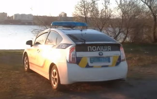 """У Миколаєві голого поліцейського """"застукали"""" в службовому авто з колегою (ВІДЕО)"""