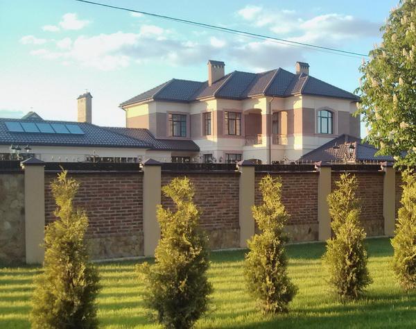 Дружина заступника начальника львівської податкової збудувала шокуюче розкішний маєток під Львовом (ФОТО)