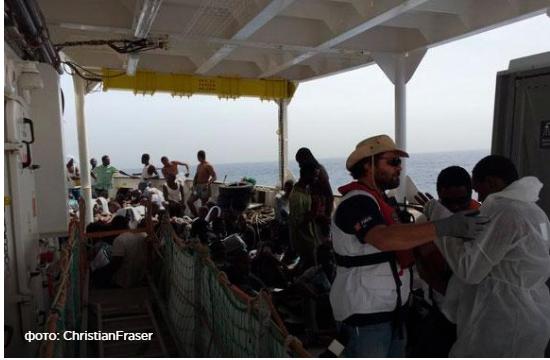 Возле берегов Италии вытащили из Средиземного моря 800 беженцев