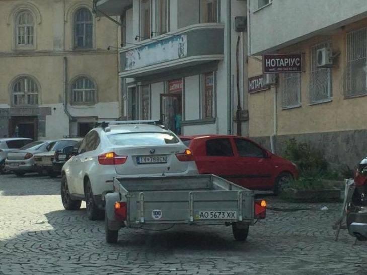 """Це Україна, крихітко! Мережу """"вбило"""" фото  BMW Х6 в центрі Ужгорода  з картоплею в причепі (ФОТО)"""