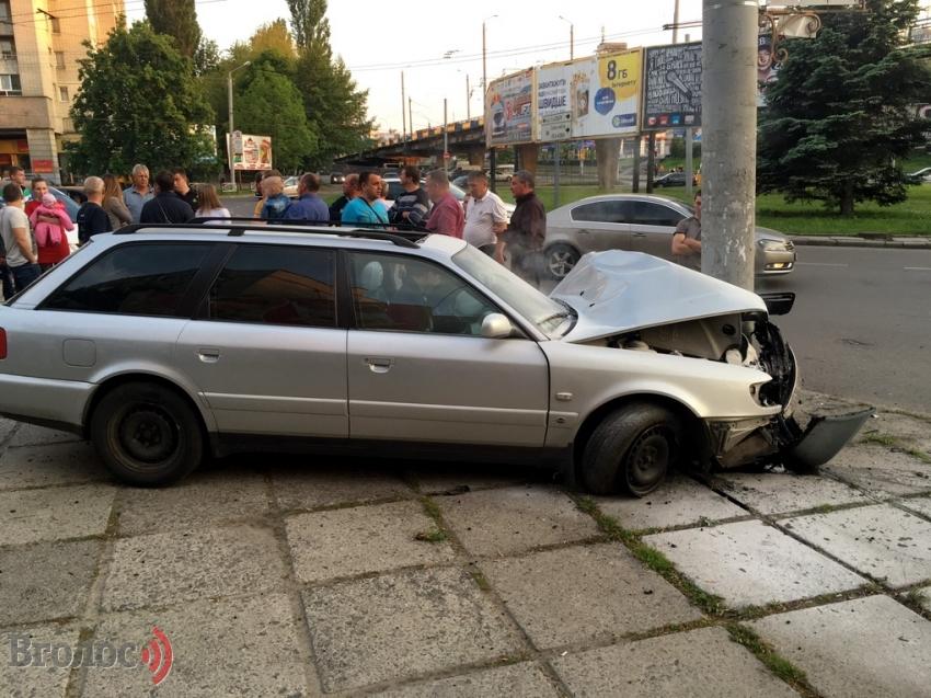 У Львові п'яний в «Ауді» в'їхав у стовп, мало не збивши бабцю з онучкою (ФОТО)