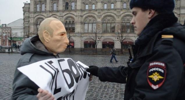 У Москві арештували активіста через маску Путіна