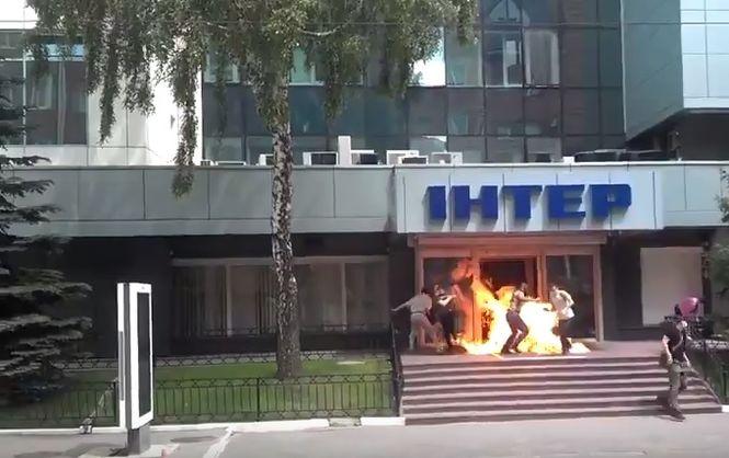 Невідомі підпалили вхід до офісу телеканалу Інтер (Відео)