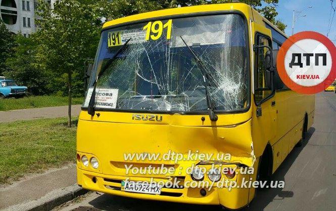 У Києві зіткнулися дві маршрутки, шестеро людей постраждали (ФОТО)