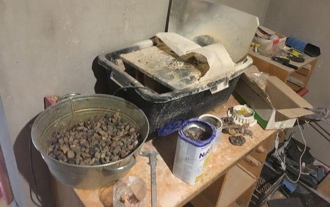 На Волині СБУ виявила підпільний цех з обробки бурштину на горищі гаража