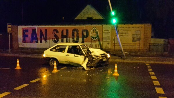 Біля Львова авто зіткнулось зі світлофором, постраждало 2 особи (ФОТО)