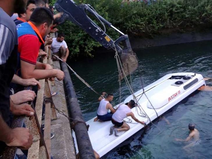 У Туреччині екскурсійний автобус з дітьми впав у водний канал (ФОТО)