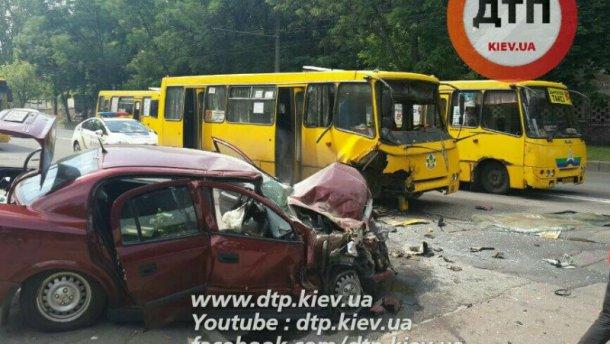 У Києві Opel влетів у маршрутку: багато поранених (ФОТО)