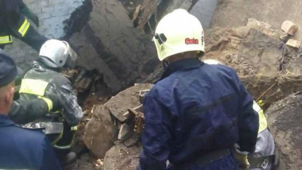 В Киеве обрушилось здание: под завалами оказался подросток