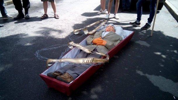 Під російське консульство в Харкові принесли труну з лялькою Путіна (ВІДЕО)