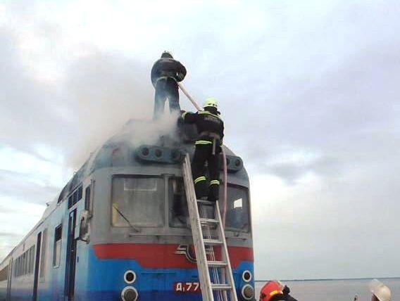 Потяг із сотнею пасажирів загорівся біля Черкас (ФОТО, ВІДЕО)