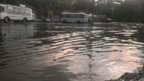 Чернівці опинились під водою через потужну зливу (ФОТО)
