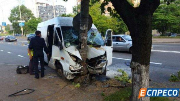 В Киеве в аварию попала маршрутка: много пострадавших (ФОТО)