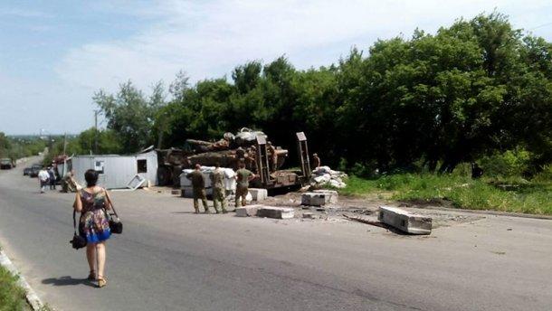 Військовий тягач у зоні АТО влетів у блокпост: є загиблий (ФОТО, ВІДЕО)